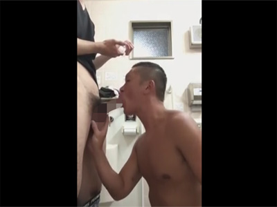 【無修正ゲイ動画】坊主のマッチョなアスリート系が勢い良くチンコをしゃぶりまくる姿が見られる!