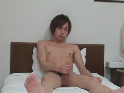 【無修正ゲイ動画】AVを見ながらローションを使ってオナニーをしている細身のノンケ男が見れます!