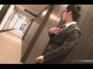 【ゲイ動画ビデオ】露出好きのメガネのインテリスーツリーマンが綺麗なビルに潜入し人知れずこそこそとオナニーする!