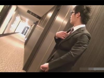 【ゲイ動画】露出好きのメガネのインテリスーツリーマンが綺麗なビルに潜入し人知れずこそこそとオナニーする!