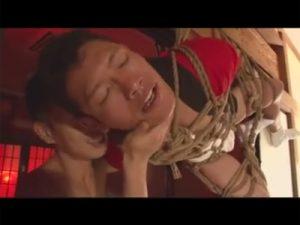 【ゲイ動画ビデオ】芸術的な緊縛姿を楽しめてアナルにテングのお面の鼻を詰め込まれている姿が楽しめちゃう!