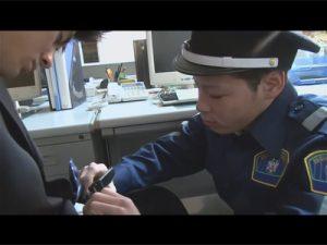 【ゲイ動画ビデオ】警備員の男がオフィスで寝ている男を夜這いしながら起こした後にアナルセックスを楽しんじゃう!