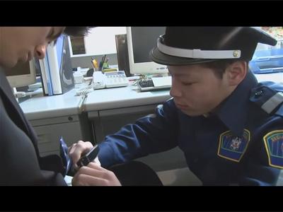 【ゲイ動画】警備員の男がオフィスで寝ている男を夜這いしながら起こした後にアナルセックスを楽しんじゃう!