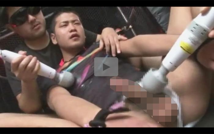 【ゲイ動画】電マ2本で犯されながら乱交を楽しんでいるイカニモ系の姿が見られちゃう!