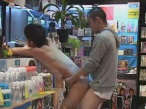 【ゲイ動画ビデオ】レンタルビデオ店で全裸姿になりながら商品を物色している変態が店員の男にアナルを犯されて幸せを感じる!