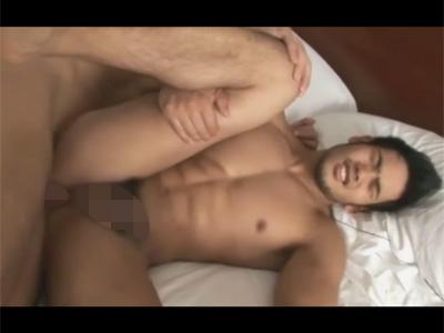 【ゲイ動画】顔が濃いマッチョのイケメンが正常位や騎乗位でアナルを犯されて低い声で喘いじゃう!