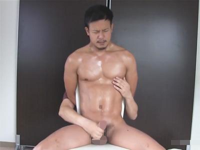 【ゲイ動画】ワイルド系ハンクイケメンを後ろ手に拘束し太マラを手コキ責め!射精と潮吹きで徹底的に弄ぶ!