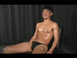 【ゲイ動画】シックスパックのマッチョな19歳の素人がゴーグルマンのテクで可愛い声をあげながら絶頂してしまう!
