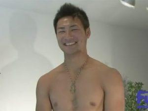 【ゲイ動画ビデオ】20歳でボクシングをしているアスリート系イケメンがゴーグルマンに手コキやフェラをされ続ける!