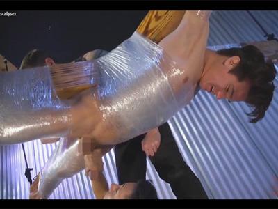 【無修正ゲイ動画】宙吊りのX字の磔台に拘束されたイケメン白人を手コキ責めとくすぐり責めで弄ぶ!