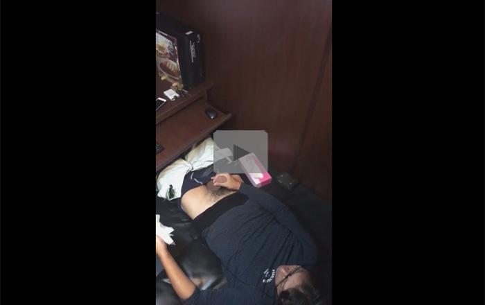 【無修正ゲイ動画】ネカフェにいたら偶然にも隣のノンケさんが自慰の真っ最中で夢中でムービー撮影したホモ!