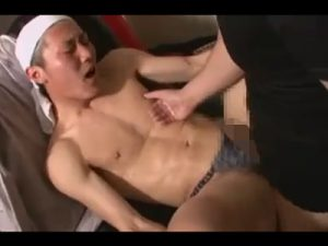 【ゲイ動画】ガテン系の男性3人がゴーグルマンにアナルセックスをされている姿を楽しむことができる!