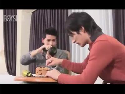 【薄モザゲイ動画】細身でカメラが趣味の男が同じような体形の男とアナルセックスをして愛し合う!