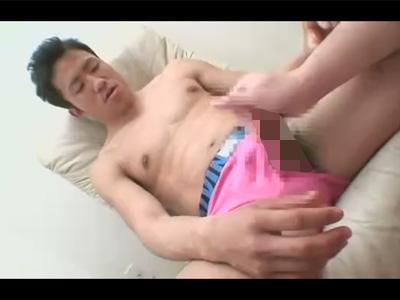 【ゲイ動画】スジ筋の男が目隠し状態でフェラチオをさせられてからアナルを指入れで犯される!