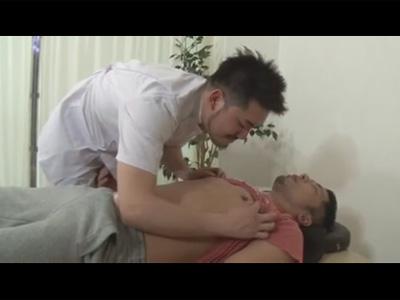 【ゲイ動画】イカホモ整体師が患者に欲情!整体そっちのけで雄交尾にハッテンしケツ穴をガン掘りされ顔射される!