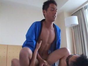 【ゲイ動画】法被を着ているマッチョのお祭り男がゴーグルマンにディルドでアナルを掘られてからアナルセックスをさせられる!