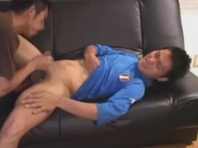 【ゲイ動画】サッカーのイタリア代表ユニフォームを着ている男がフェラや手コキをされ続けてしまう!