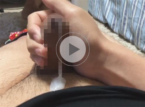 【無修正ゲイ動画】真性包茎の皮被り子供チンポをシコシコ!絶頂を迎えると皮の隙間からドロドロの精液が漏れ始める…