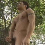 【無修正ゲイ動画】スジ筋の男がビーチや森の中でチンコをしごいてオナニーを堪能しちゃう!