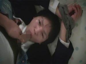 【ゲイ動画】童顔の制服高校生にたっぷり馬乗りフェラでご奉仕させ毛のない美アナルを正常位でガン掘り!