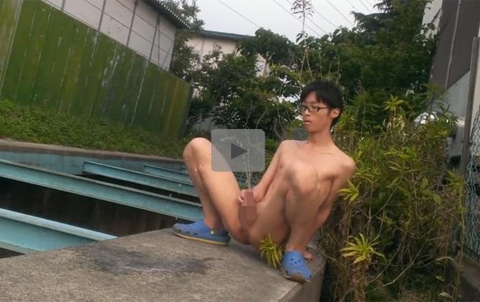 【無修正ゲイ動画】野外や公衆トイレの中で全裸になっておしっこをする細身の素人キモ男の行動力がスゴい…!