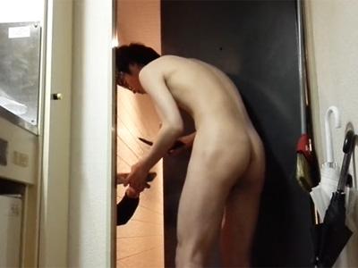 【無修正ゲイ動画】ピザの配達のお兄さんに全裸で対応!パイチンを見せつけるところをカメラで撮影した露出大好き素人クン!