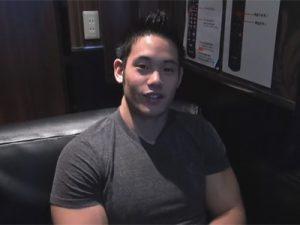 【ゲイ動画】美しい体のマッチョのイケメンがネカフェの中で全裸になってオナニーしているところを見せてくれる!