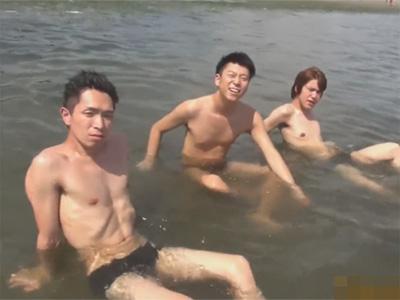 【無修正ゲイ動画】3人の男が海で遊んだ後にホテルに行ってフェラチオをしながら愛し合う姿が見られる!