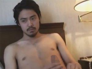 【ゲイ動画ビデオ】イケメン俳優風の髭面の男が髭を整えた後にオナニーをしている姿を見せてくれる!