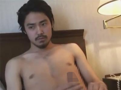 【ゲイ動画】イケメン俳優風の髭面の男が髭を整えた後にオナニーをしている姿を見せてくれる!