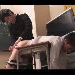 【ゲイ動画】熱血の英語教師が補習をしている生徒に逆上をされてレイプをされることになってしまう!