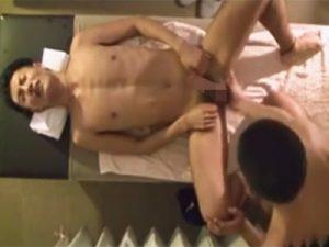【無修正ゲイ動画】マッサージ店でゲイのマッチョ施術師に当ってしまいケツマンをガン掘りされ顔射されたイケメンのお客様!