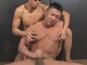 【ゲイ動画ビデオ】クマのように体が大きなマッチョな男がゴーグルマンにアナルセックスで犯され続けてしまう!