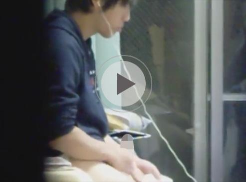 【無修正ゲイ動画】1人暮らしの大学生風のノンケのオナニーを盗撮!ズル剥けチンポをシゴきティッシュでしっかり精液をキャッチ!