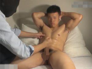 【ゲイ動画】マッチョの素人が覆面をした男に手コキや乳首責めをされ続けてザーメンを吹きだしちゃうww