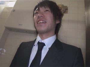 【無修正ゲイ動画】素人男性に公衆トイレの中でオナニーをしてもらって射精姿を見せてもらう!