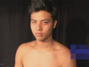 【ゲイ動画ビデオ】短髪で目つきが鋭い男が全裸で直立不動の状態でフェラや手コキで犯されてザーメンを出されちゃう!