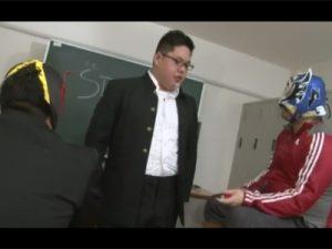 【ゲイ動画ビデオ】学校の教室の中でぽっちゃり男がマスクをかぶった2人の男に犯されてアナルセックスを楽しむ!