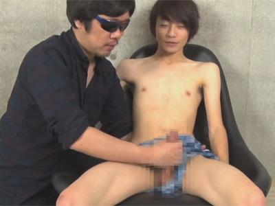 【ゲイ動画】ゆるふわヘアーの可愛い系がゴーグルマンのテクニックで優しく体をいじられて射精する!