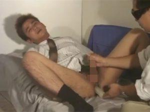 【ゲイ動画ビデオ】茶髪のスーツ姿の男がゴーグルマンに体をメチャクチャにいじられながら絶頂させられる!