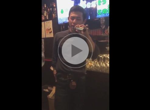 【無修正ゲイ動画】スナックでチンコを出してオナニーをしながら他の客に見られながら歌っている男の姿が見られる!
