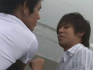 【ゲイ動画】浜辺でデートをしていた2人のスジ筋のカップルが車の中でアナルセックスを堪能する!