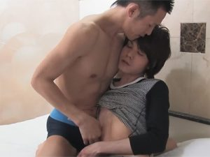 【無修正ゲイ動画】可愛い顔の男がスジ筋男にベッドの上で愛されることになってアナルセックスで犯される!