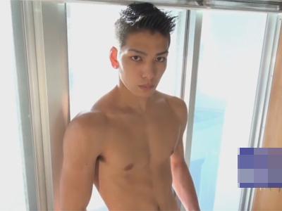 【ゲイ動画】少しだけ玉木宏に似ているマッチョの男がゴーグルマンに手コキやフェラチオで犯される!