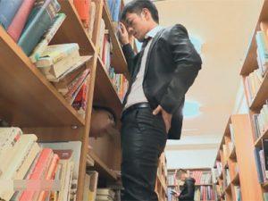 【ゲイ動画ビデオ】図書館の中でイカニモ系の2人が音を立てないように注意しながらアナルセックスを楽しむ!