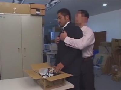 【ゲイ動画】坊主のイモ系サラリーマンがオフィスでマッチョの男とアナルセックスをし続ける!