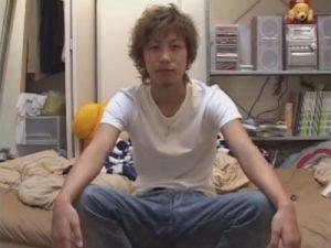 【ゲイ動画】茶髪で日焼けをしているギャル男系フツメンがアナルを指入れされたりアナルセックスで犯され続ける!