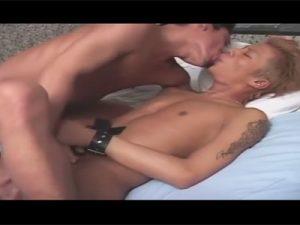 【ゲイ動画ビデオ】金髪のオラオラ系が目隠しをされたり拘束されながら犯され続けていアヘ声でモロ感!