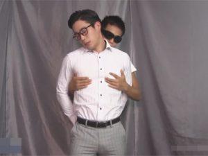 【ゲイ動画ビデオ】腕を拘束されながら立っているマッチョの男がゴーグルマンに全身をいじられて感じてしまう!