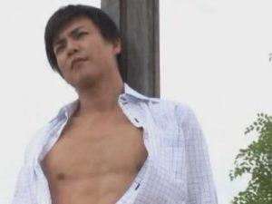 【ゲイ動画】スーツ姿がかっこいいイケメンがゴーグルマンにチンコやアナルをいじられ続ける!